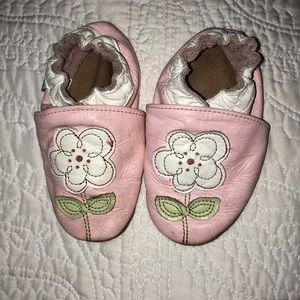 Robeez shoes 6-12 month is size kids 3-4
